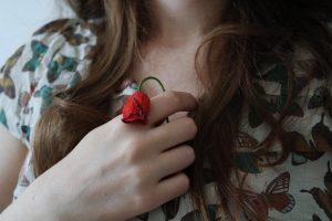 Mujer sujetando rosa