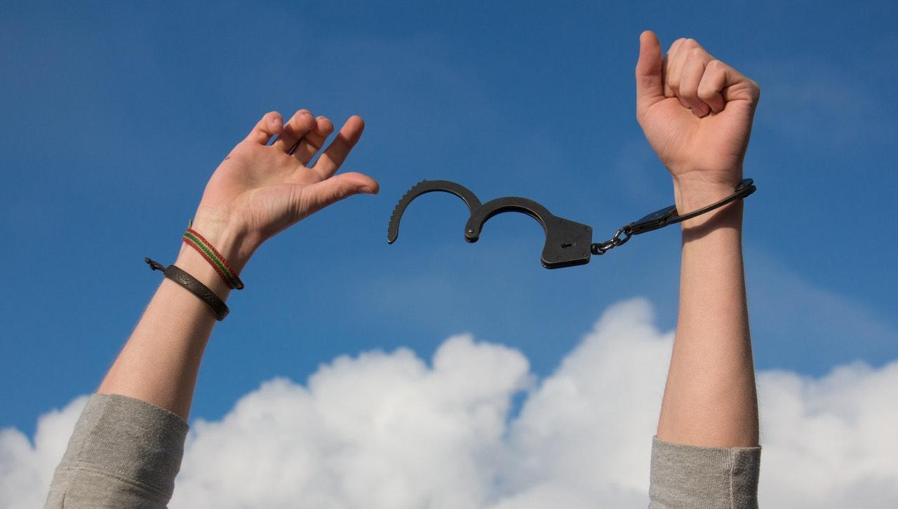 Rompe las cadenas, suelta y déjalo ir