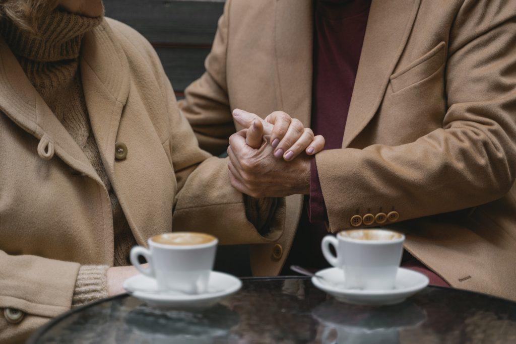 Nota: La gente compra café con anticipación para que quienes no tienen dinero puedan disfrutar del calor. Comenzó en Nápoles, Italia, y ahora se ha extendido por todo el mundo